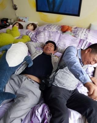 David und James nach langer Anfahrt, Erschöpft aber noch für jeden Spaß gut aufgelegt