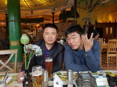 James und David, Brainstorming und Verbesserungsvorschläge in Pott's Brauerei beim Mittagsessen