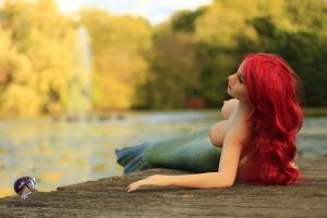 Meerjungfrau Sirena hat von uns den Kopf einer bekannten Erotik- Fotomodells erhalten, welches wir für unser Projekt gewinnen konnten. Welch Zufall: Wegen der Konfiguration erinnert unsere Sexpuppe auffallend an Arielle die Meerjungfrau. Ein Schelm wer hier an Zufälle glaubt.