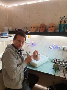 Werner beim auftragen der Permanenten Farben